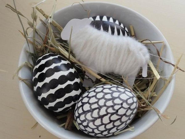 easy-to-make-easter-eggs-decorations-black-and-white-motifs-sharp-marker
