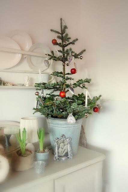 space-saving-christmas-trees-for-small-spaces-22