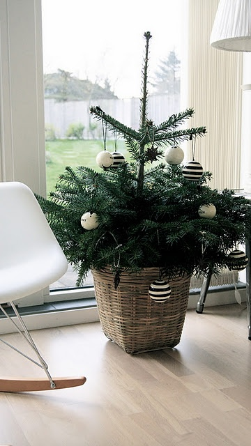 space-saving-christmas-trees-for-small-spaces-25