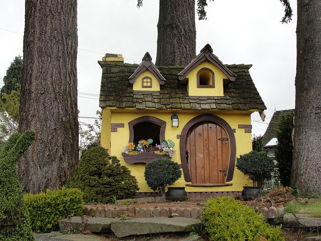 awesome-outdoor-kids-playhouses-to-build-this-summer-28