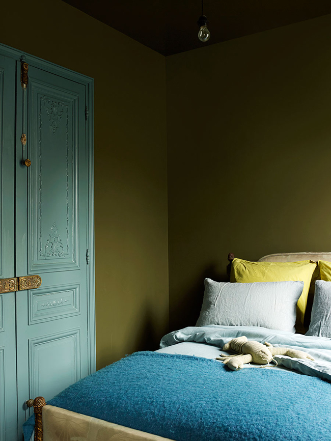 07-The-guest-bedroom-is-decorated-in-the-same-shade-of-green-as-the-living-room-and-there-are-blue-touches-added