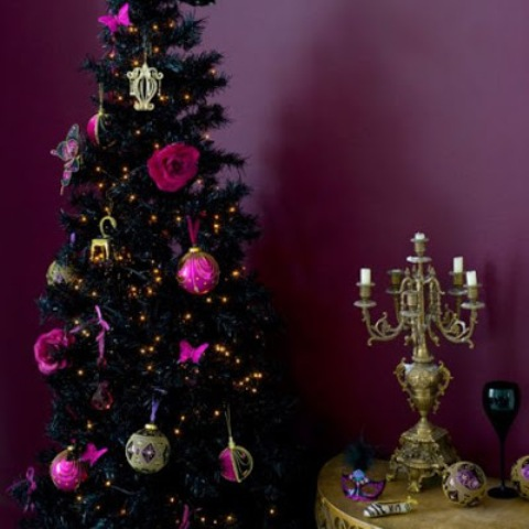 12-a-dramatic-glam-and-burlesque-black-tree-with-rose-and-bauble-ornaments