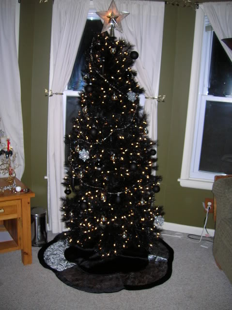 21-chic-black-tree-with-black-ornaments-and-gold-lights