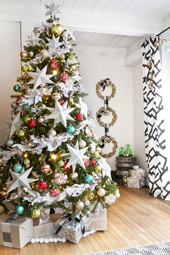 08-oversized-star-ornaments-and-colorful-baubles