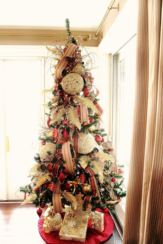 10-Christmas-tree-with-plaid-decor-and-oversized-textural-ornaments