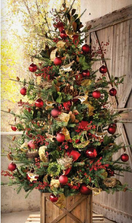 16-traditional-Christmas-tree-with-a-rustic-feel-looks-amazing