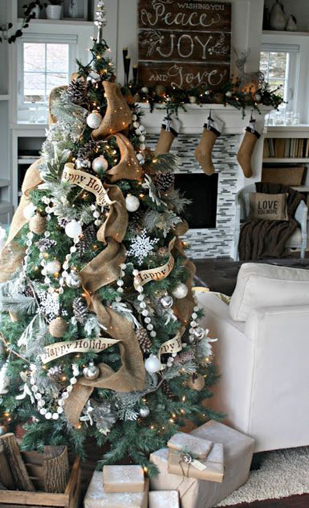 20-burlap-garland-and-big-pinecones-on-the-tree