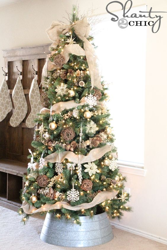 22-burlap-vine-spheres-and-pinecones-for-a-chic-rustic-tree