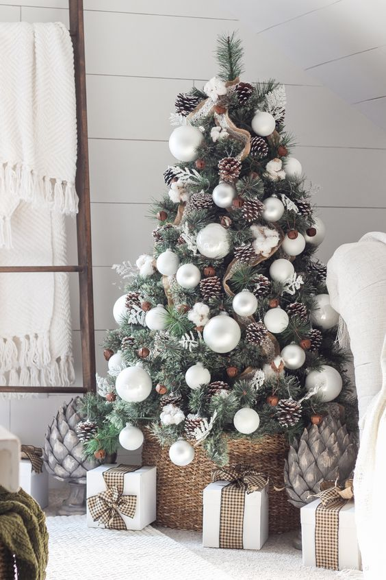 25-pinecones-jingle-bells-and-a-basket-for-a-chic-tree