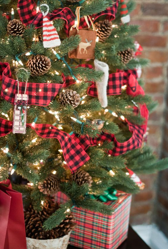 29-tartan-pinecones-and-knit-ornaments-will-give-your-tree-a-cozy-rustic-flavor