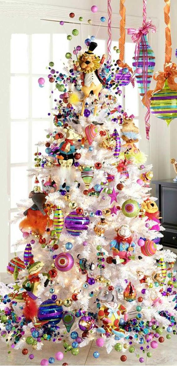 31-super-bold-tree-decor-with-ornaments-of-all-colors