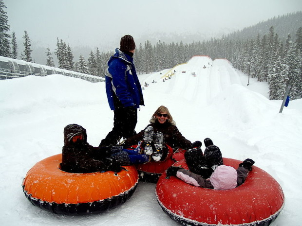 800px-A_family_snow_tubing_at_Keystone_Resort_in_Colorado