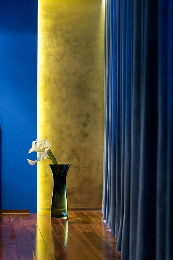 Interior-walls-design-ideas-plaster-in-yellow-blue-curtains