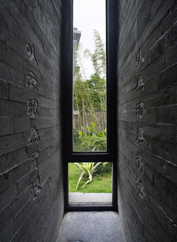 wall-design-ideas-black-bricks-carved-hierogliphs-Tapered-House
