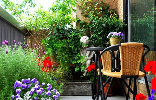 Floral-balcony-garden-decoration-ideas-seating-area-coffee-table