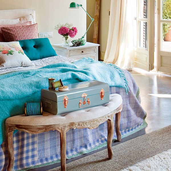 charming-vintage-bedroom-with-turquoise-and-pink-accents-2