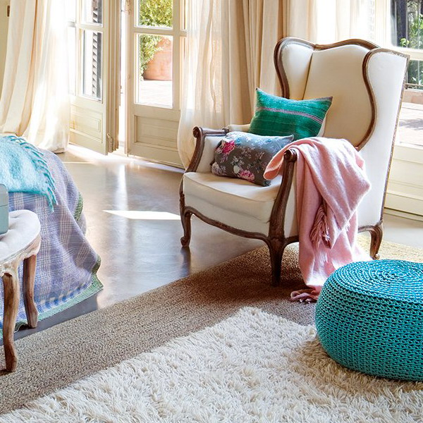 charming-vintage-bedroom-with-turquoise-and-pink-accents-5