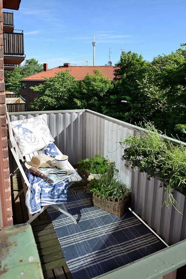 small-balcony-design-ideas-green-plants-white-folding-chair-side-table