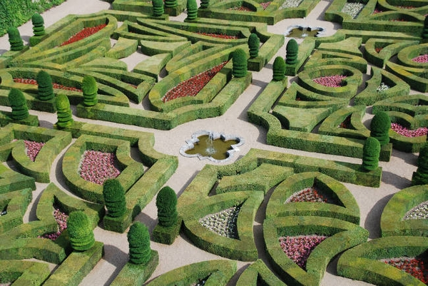 Spectacular-French-garden-design-low-hedge-borders