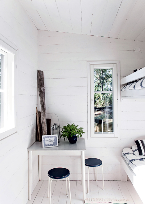 very-simple-finnish-summer-house-in-black-and-white-3