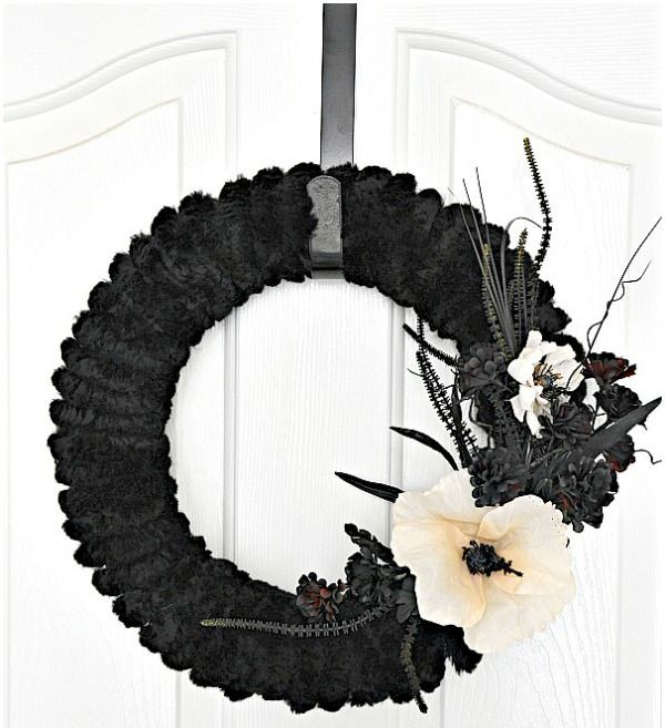 cool-halloween-wreaths-for-any-space-13