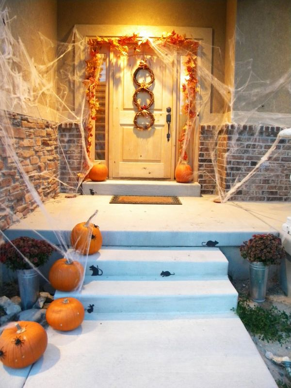 cool-halloween-front-door-decor-ideas-31