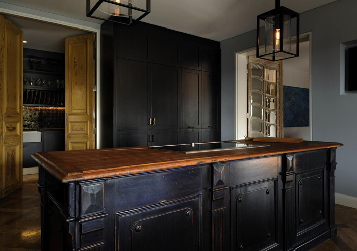 exquisite-black-kitchen-design-with-a-vintage-feel-1
