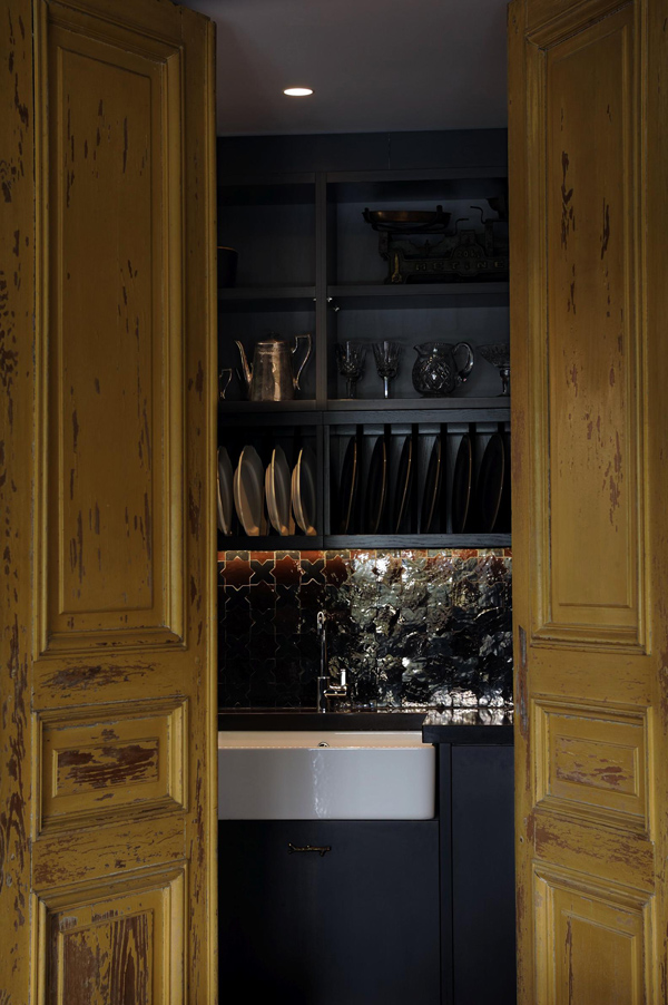 exquisite-black-kitchen-design-with-a-vintage-feel-3