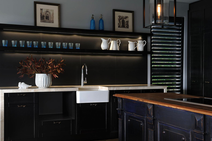 exquisite-black-kitchen-design-with-a-vintage-feel-4