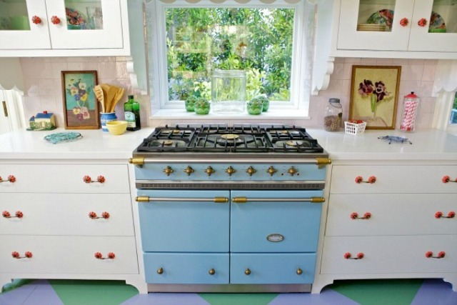 sweet-colorful-cottage-with-shabby-chic-furniture-11