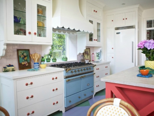 sweet-colorful-cottage-with-shabby-chic-furniture-12