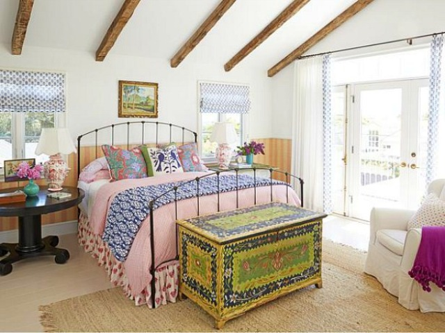 sweet-colorful-cottage-with-shabby-chic-furniture-7