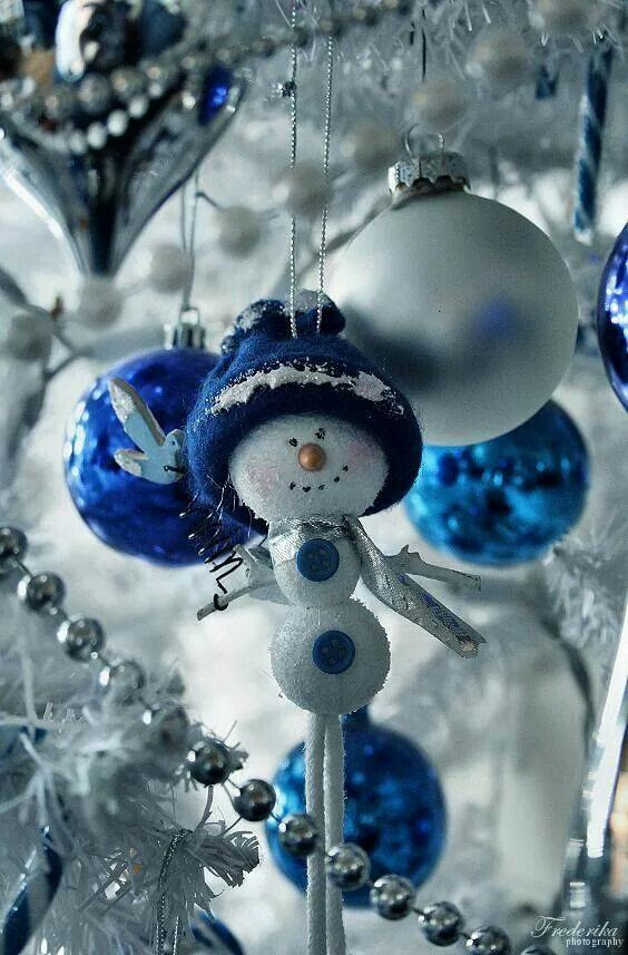 charming-silver-and-blue-christmas-decor-ideas-20