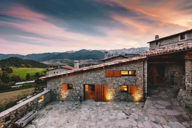 modern-home-with-stone-walls-and-wooden-beams-3