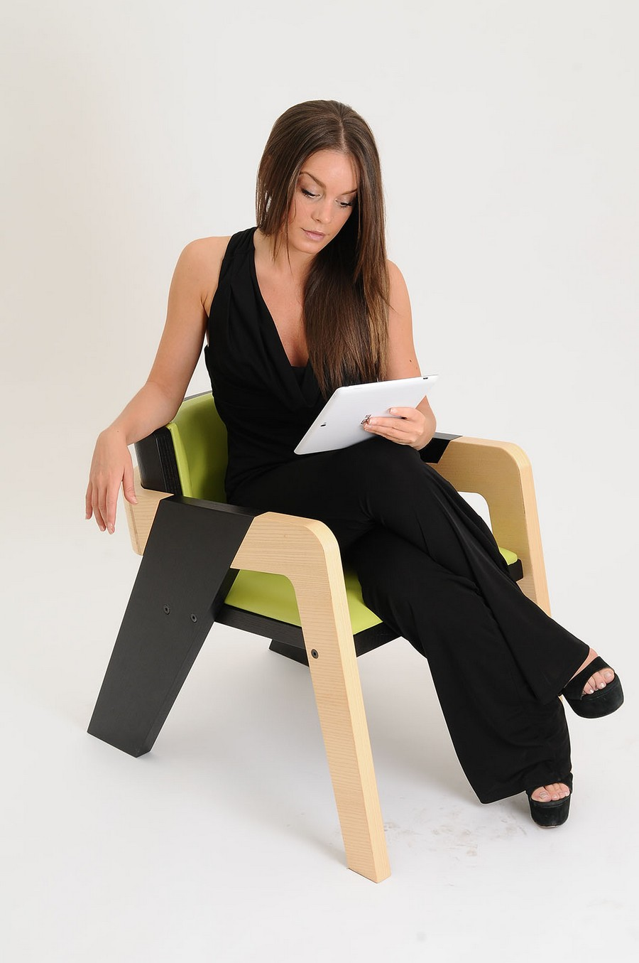 elegant-self-assembly-io-chair-from-two-toned-wood-12