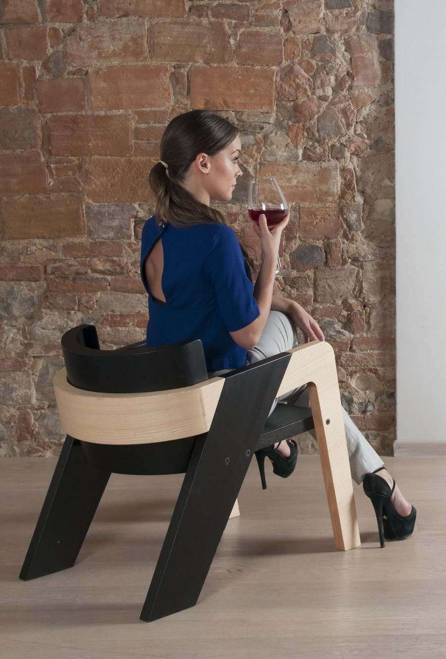 elegant-self-assembly-io-chair-from-two-toned-wood-6