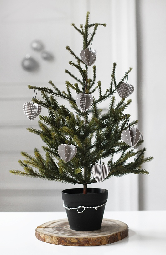 space-saving-christmas-trees-for-small-spaces-26