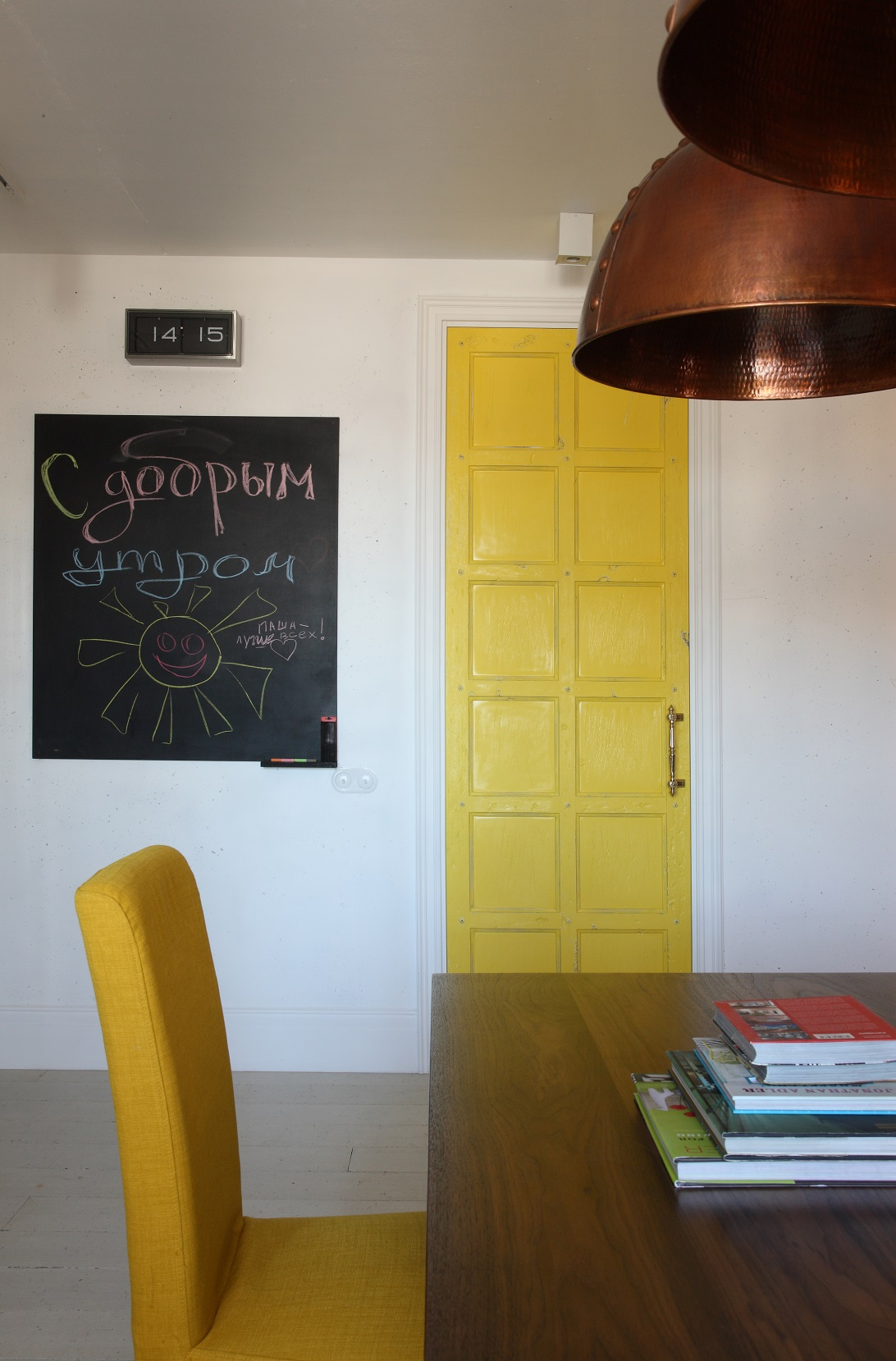 cheerful-and-colorful-apartment-for-the-newlyweds-12