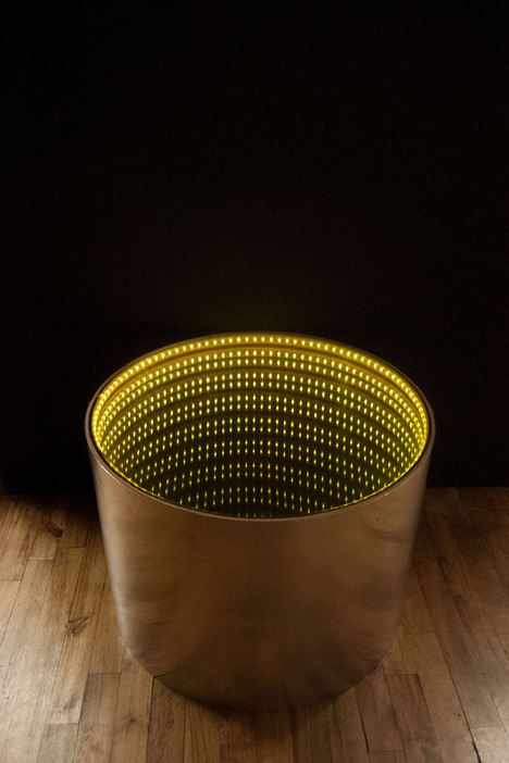 infinitum-table-with-a-led-optical-illusion-5
