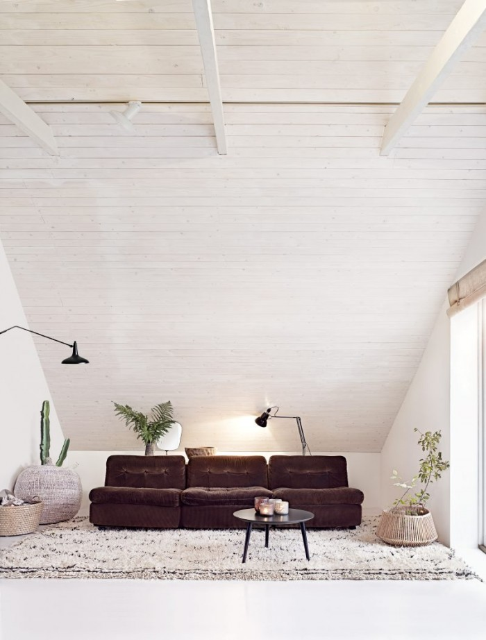 airy-minimalist-house-full-of-vintage-finds-and-greenery-1
