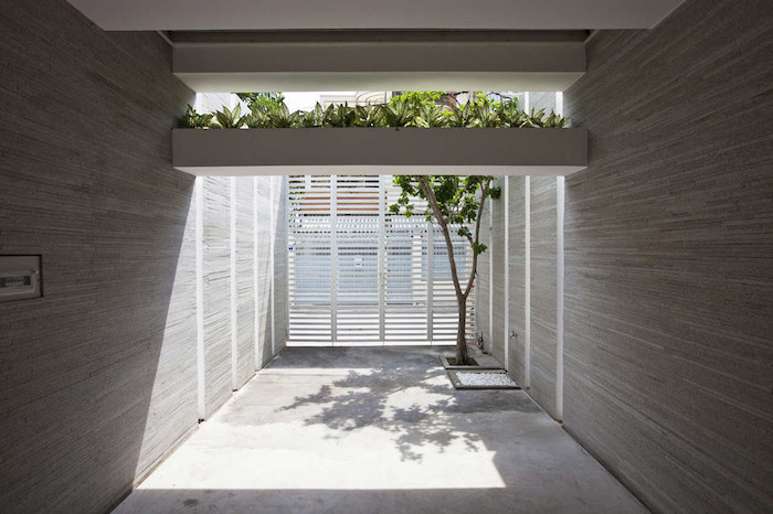 minimalist-concrete-house-with-a-large-vertical-garden-13