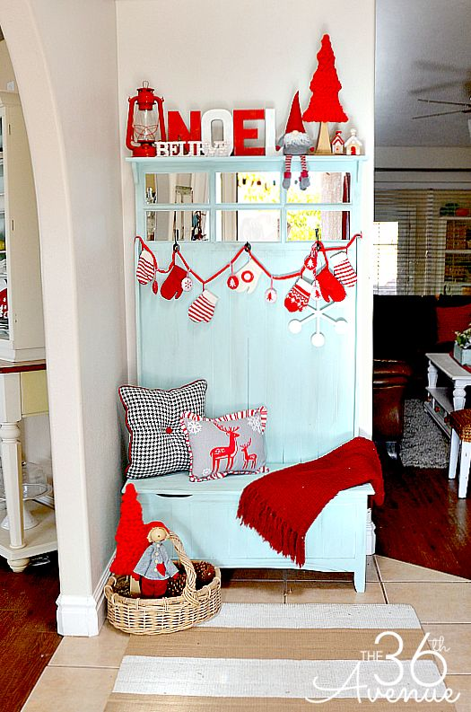 welcoming-and-cozy-christmas-entryway-decor-ideas-10