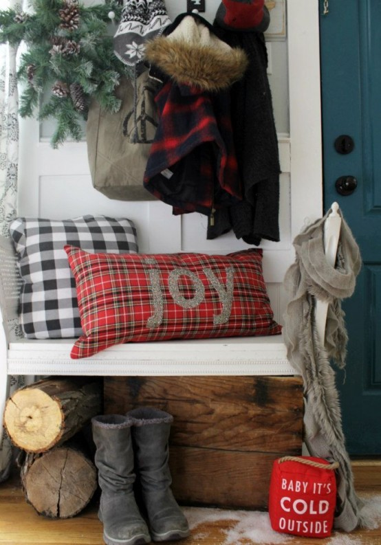 welcoming-and-cozy-christmas-entryway-decor-ideas-12-554x793