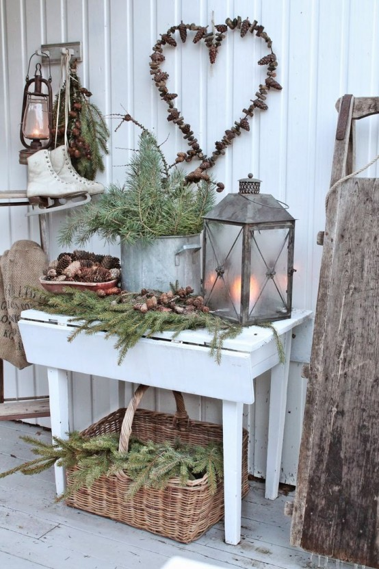 welcoming-and-cozy-christmas-entryway-decor-ideas-13-554x831