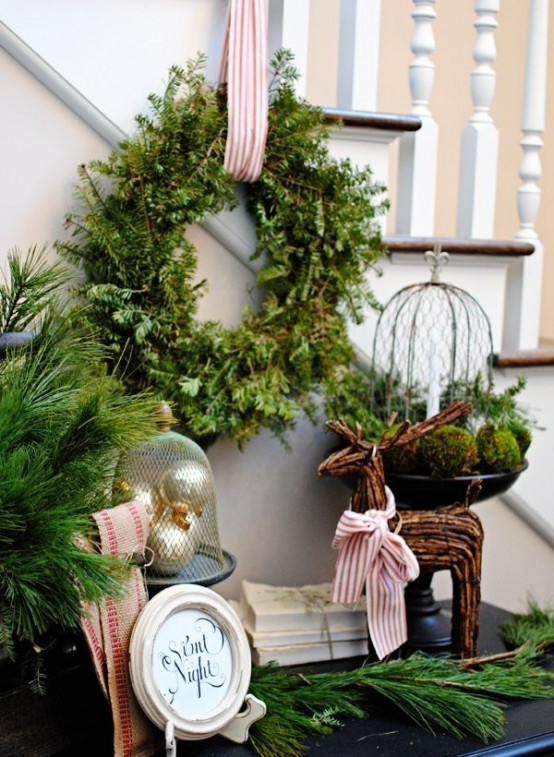 welcoming-and-cozy-christmas-entryway-decor-ideas-14-554x757