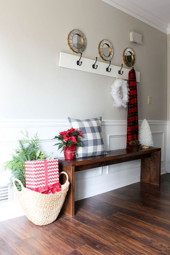 welcoming-and-cozy-christmas-entryway-decor-ideas-16-554x831