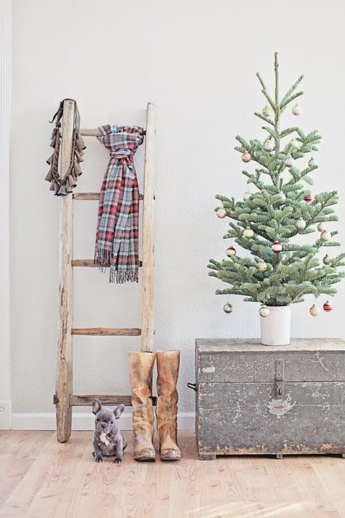 welcoming-and-cozy-christmas-entryway-decor-ideas-17