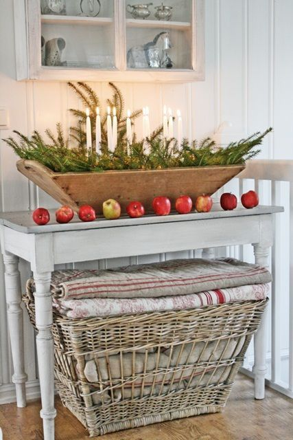 welcoming-and-cozy-christmas-entryway-decor-ideas-25