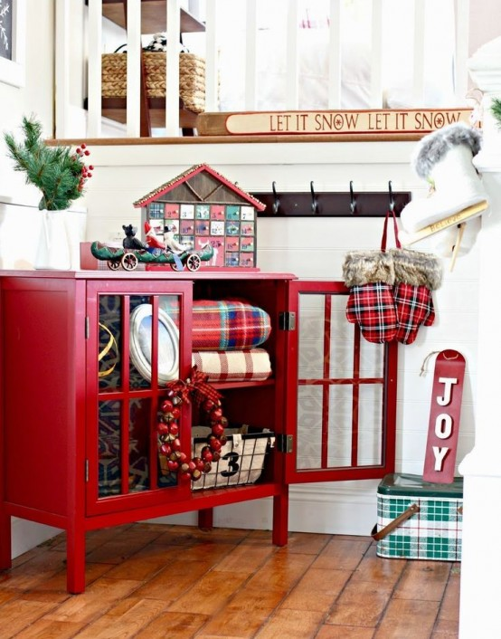 welcoming-and-cozy-christmas-entryway-decor-ideas-6-554x706