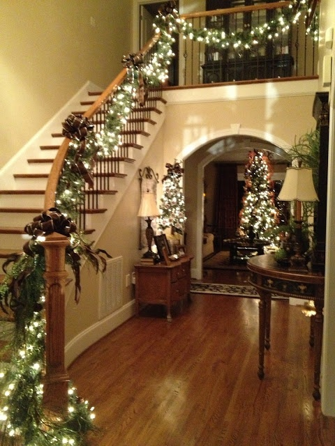 welcoming-and-cozy-christmas-entryway-decor-ideas-8